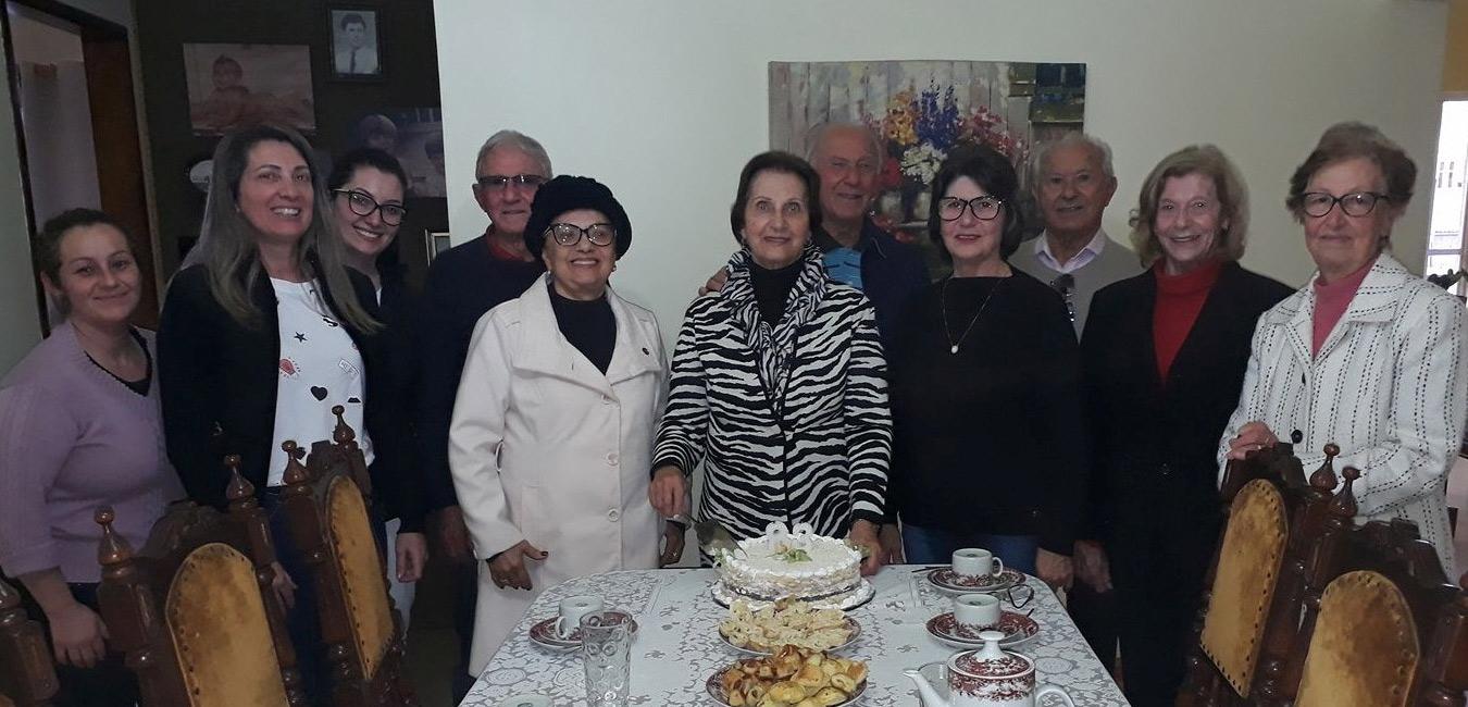 Os parabéns à Cecília Isoppo Coelho, proprietária da Loja Diocy que comemorou mais uma primavera nessa semana. No clique com familiares e amigas. Foto: Alfredo Feijão Lopes.