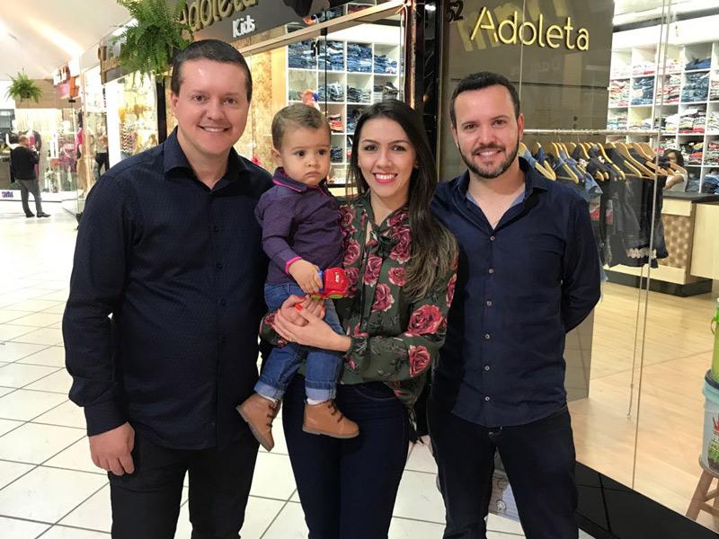 Everton, Everson e  a esposa Lutiele com o herdeiro.