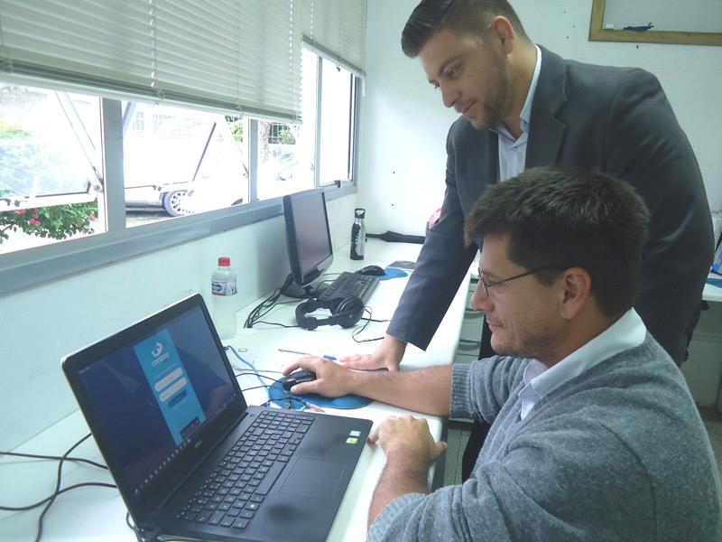 Giovani, do setor Corporativo, e Juliano de Almeida, do Desenvolvimento de Sistemas/TI. Todos os colaboradores da empresa participaram da realização do app. Foto: Vanessa Irizaga.