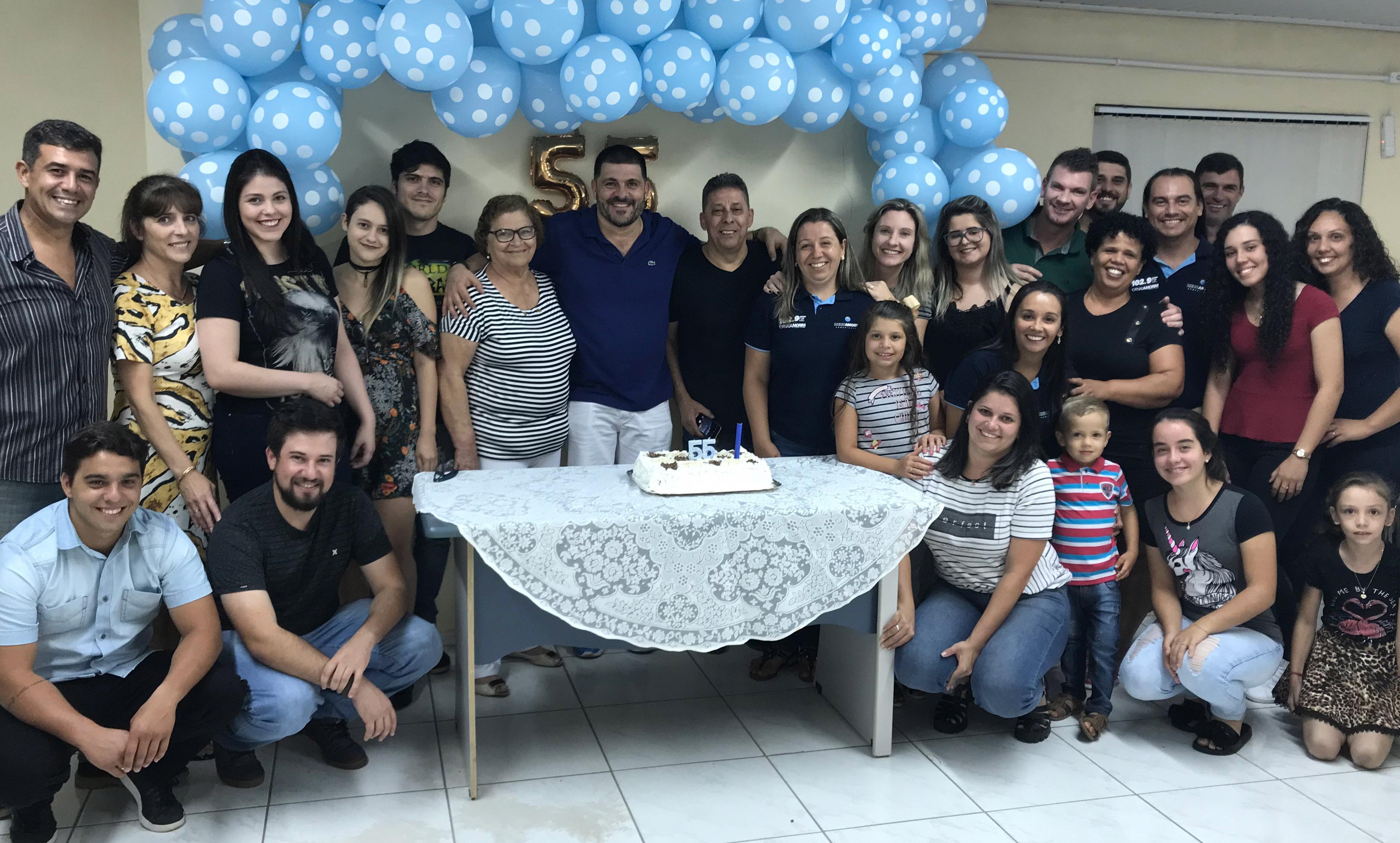 O empresário Cacai Amorim celebrou a passagem dos seus 55 anos de idade com sorriso no rosto, recebendo o carinho dos familiares e equipe da Rede de Comunicações Amorim na noite de 13 de março.